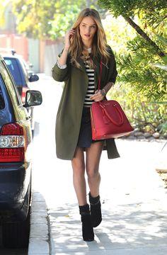 Le look de Rosie Huntington-Whiteley: un pull rayé et une minijupe portefeuille, le tout surmonté d'un manteau kaki.