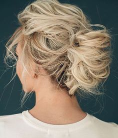 MR LOVES | Love this messy do by @hairandmakeupbysteph! Photo by @lindseyshaun, model @ashlee.annn. Perfect fmior the chic relaxed bride! #bridalbeauty #bridalhair #bride #MRloves