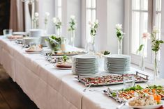 Wedding Reception Food Buffet Wedding Menu - No matter what type of reception you're having, one of these wedding menu ideas will be the perfect fit. Catering Buffet, Food Buffet, Wedding Buffet Menu, Wedding Catering, Farmhouse Dining Room Table, Dining Room Buffet, Mini Quiches, Reception Food, Wedding Reception