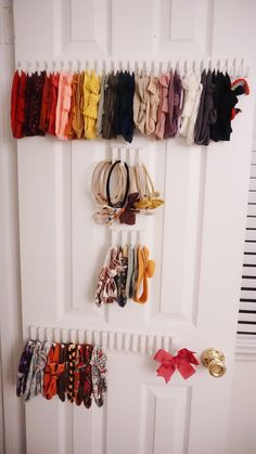 Cheap storage solution for bows and headbands - Aseky + Co. Cheap storage solution for bows and headbands - Aseky + The Boys Baby Headband Storage, Baby Headband Holders, Baby Storage, Nursery Storage, Cheap Storage, Hair Bow Storage, Hair Bow Organization, Baby Headbands, Organizing Hair Accessories