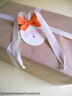 Aranyos megoldás, hogy a nyuszi füle az a szalag, amivel a csomag is át van kötve