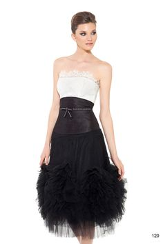 Vestido de fiesta con corpiño blanco con fajín en seda salvaje y falda negra en tul. De la casa Carlota.