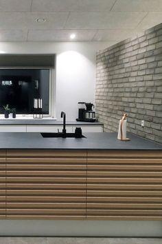 AUBOs Latte Oak Line i flot kombination med skønne kontraster. Small L Shaped Kitchens, House Of Lords, Modern Kitchen Interiors, Interior Architecture, Interior Design, Future House, Home Kitchens, Kitchen Design, New Homes