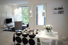 Woodnotes Swivel k chairs at the living room. Interior décor. Interior design. Black and white. Modern. Finnish design. Nordic home. Seinäjoen Asuntomessut 2016. Cubo 25.