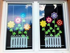 Great idea to tinker as a decoration. Craft ideas with children for deco Classroom Window Decorations, School Decorations, Classroom Decor, Preschool Crafts, Kids Crafts, Decoration Creche, Spring Window Display, Spring School, Spring Summer