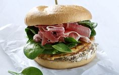 Σάντουιτς με ομελέτα, κατσικίσιο τυρί και προσούτο - Συνταγές - Σνακς & street food | γαστρονόμος Bread Art, Yams, Burritos, Salmon Burgers, Street Food, Finger Foods, Food Styling, Sandwiches, Brunch