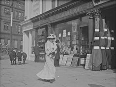 Lovely candid shot of a woman passing a newsagents on Sackville Street (now O'Connell Street), Dublin, 1902 love her dress Vintage Photographs, Vintage Photos, Vintage Stuff, Old Pictures, Old Photos, Dublin Street, Images Of Ireland, Historical Photos, Black And White