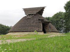 究極の古民家 縦穴式住居 この古民家があるのは岡山県津山市にある津山高専や津山スポーツセンターの近くで、少し小高くなった眺めのいい丘にあります。