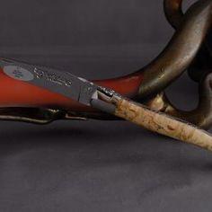 Laguiole en Aubrac Brillant Birke  Ein Beispiel gelungener Messermacherkunst ist dieses Messer mit einem Griff aus Birke welches stark an alte Höhlenmalereien erinnert.  Die Messer von Laguiole en Aubrac verbinden in einer perfekten Symbiose die lange Tradition der Messermacher mit einem ausgeprägten Hang zur Perfektion wobei der Preis trotzdem in solidem Rahmen bleibt. Die Liebe zum Produkt wird in jeder einzelnen per Hand geschliffenen Biegung und Rundung des Griffes sowie in der…