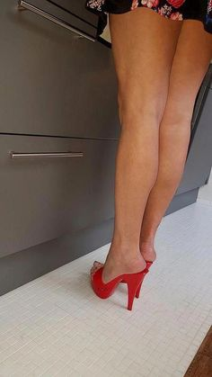 Red mules and nice legs. Love the bareness of mules. Open Toe High Heels, Hot High Heels, Platform High Heels, High Heel Boots, High Heels Mules, Stilettos, Platform Mules, Mules Shoes, Pumps