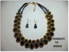 Collar negro y dorado con cadena envolviendo.