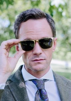 The man, the legend Neil Patrick Harris wearing the MYKITA SUNGLASSES // YANIR in Glossy Gold. The Yanir offers a rectangle shape constructed out of ultra-light stainless steel for men. Available in 4 colors.