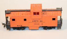 """Furgó de mercaderies Cabouse Amtrak: Furgó de cua de mercaderies tipo """"Cabouse"""" amb caixa numerada 233. És de color taronja i disposa d'un compartiment sobre-elevat pel """"Cap de tren"""". Furgón de mercancías Cabouse Amtrak: Furgón de cola de mercancías tipo """"Cabouse"""" con caja numerada 233. Es de color naranja y dispone de un compartimiento sobre-elevado para el """"cabeza de tren""""."""