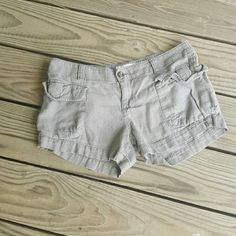 Linen cargo shorts 3 inch inseam. Linen blend cargo shorts.  Size 6.  All measurements are approximate Old Navy Shorts Cargos