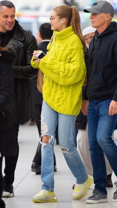 Ponytail and jeans, color of blazer is cool outfit Looks Gigi Hadid, Gigi Hadid Style, Celebrity Outfits, Trendy Outfits, Fashion Outfits, Celebrity Style Casual, Estilo Gigi Hadid, Gigi Hadid Outfits, New Mode
