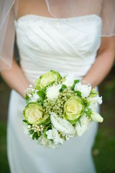 Ramo verde y blanco con coles ornamentales :: Green and white bouquet via Style Me Pretty