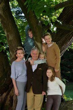 Koning Filip, koningin Mathilde en hun vier kinderen, prinses Elisabeth, prins Gabriël, prins Emmanuel en prinses Eléonore. Filips vaderdag zit er al op, de Belgen vierden het eerder © Koninklijk Paleis.