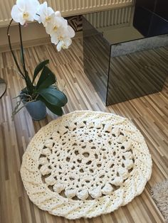 Crochet rug white - tutorial http://youtu.be/Ta97CDpS1Hs