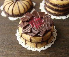 Miniature Chocolate and Raspberry Cake Petit Plat Barbie Food, Doll Food, Fairy Food, Raspberry Cake, Biscuit, Clay Food, Mini Foods, Mini Desserts, Cupcakes