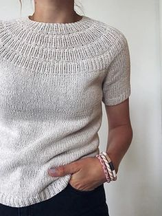 Anker's Summer Shirt is worked top-down. The yoke consists of segments of rib stitch with increases Summer Cardigan, Summer Sweaters, Summer Shirts, Summer Tops, Knitting Blogs, Knitting Patterns, Crochet Patterns, Knitting Projects, Poncho Pullover