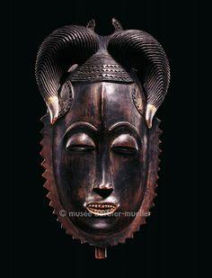 Masques africains - Les Musées Barbier-Mueller Masque du groupe je, Yaure-Namanle, Côte d'Ivoire
