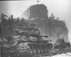Bataille de Berlin, 1945. Des chars lourds russe Joseph Staline 2 (js2) près du Reichstag après les combats.