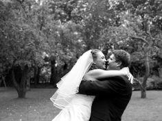 Bryllup fotografi: Thomas og Charlotte blev viet i Vedbæk Kirke. Jeg har fotograferet billedet i den have, hvor de holdte deres fest: Havarthigården i Holte