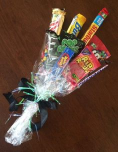 A homemade candy bouquet makes a great gift for Valentine's Day or Mother's Day. These tutorials show you how to make beautiful candy bouquets. Not bad for starting a small business either. Candy Boquets, Candy Bar Bouquet, Gift Bouquet, Homemade Gifts, Diy Gifts, Candy Arrangements, Candy Crafts, Graduation Gifts, Creative Gifts