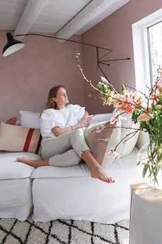 Vårlig vakkert med rosa stue - Lady Inspirasjonsblogg Girl House, Mid Century Modern Furniture, Modern Kitchen Design, Furniture Inspiration, Open Shelving, Marrakech, Mid-century Modern, Stuff To Do, Living Room