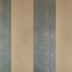 Diseño basado en líneas rectas anchas marrón y plata en este papel pintado de la colección Rayas de Parati.