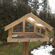Vogelfutterstation Covered tray Updated Bathrooms Pay When You Sell Your Home Many home owners look Wood Bird Feeder, Bird Feeder Plans, Bird House Feeder, Large Bird Feeders, Homemade Bird Houses, Homemade Bird Feeders, Wooden Bird Houses, Bird Houses Diy, Platform Bird Feeder