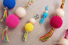Gelukspoppetjes haken? Met dit gratis patroon en wat houten kralen maak je zelf in een handomdraai de leukste poppetjes. Lees snel verder... Crochet Diy, Crochet Flower Tutorial, Crochet Flowers, Crochet Keychain, Crochet Necklace, Amigurumi Patterns, Crochet Patterns, Baby Design, Crochet Animals