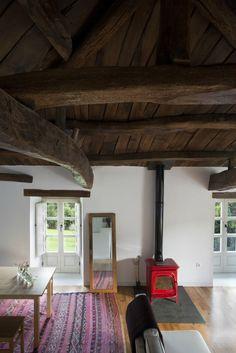 #excll #дизайнинтерьера #решения Потолок представляет собой деревянный пазл из массива каштана, который невозможно воссоздать заново.