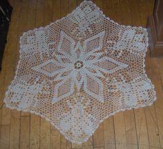 Dahlia and bee doily I crocheted. A Magic Crochet pattern