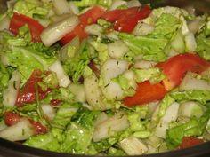 Błyskawiczna, smaczna i zdrowa surówka do obiadu. Pasuje do wszystkiego :) Ma ładne, apetyczne kolory - kusi wręcz i zachęca do dokładek - mniam! Ma mało kalorii, a dużo witamin - czego chcieć więcej?? Smacznego chrupania! Przepis na bardzo szybka surówka z pekińskiej kapusty. Cooking 101, Lettuce, Guacamole, Cobb Salad, Low Carb Recipes, Salad Recipes, Cabbage, Food And Drink, Healthy Eating