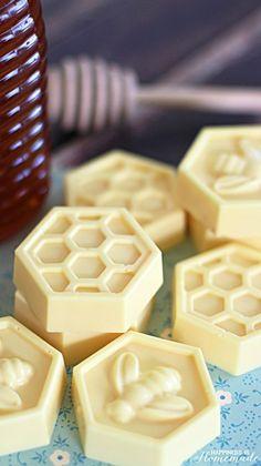 Máte rádi přírodní kosmetické přípravky, které si nejlépe můžete sami vytvořit? Nebo jste tvořiví od přírody a rádi svými hand made výrobky obdarováváte své blízké? Skvělý a velice rychlý návod, který zvládne opravdu každý, vás krok po kroku dovede k výrobě úžasného, výživného medovo-mléčného mýdla. Jak již asi víte, med má blahodárné účinky nejen v...