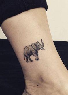 Женская маленькая татуировка слон на лодыжке