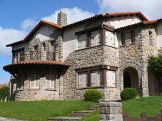 Este gran chalet , conocido como Villa Roca , ocupa media manzana que rodean las calles Formosa , Olavarria y Matheu .