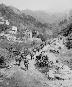 U.S. soldiers pursuing Germans near Florence, Italy, in April 1945.  Photo: U.S. National Archives.