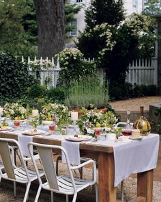 Try one of these 15 table decor ideas perfect for warm-weather entertaining for your next lunch on the patio, dinner in the garden, or picnic on the beach.Centerpieces don't have to be perfectly balanced and precisely composed. Instead, let flowers and vines be their riotous, sprawling selves.