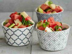 Viileässä maustunut melonisalaatti on kevyt lisäke kaikille grilliruoille. Food N, Good Food, Food And Drink, Deli, Fruit Salad, Strawberry, Snacks, Baking, Drinks