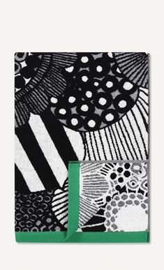 Marimekko's Siirtolapuutarha bath towel features Maija Louekari's cheerful pattern that depicts beautiful summer flowers growing in allotment gardens. Made of soft terry cloth, the black and white towel has vibrant green ends and measures 70 cm x 150 cm.