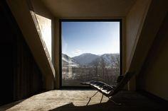Vila v Aspenu: Pohled do knihovny s relaxačním lehátkem pro čtenáře.