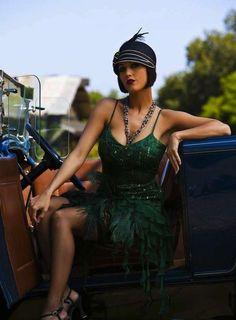 Vuelve a la moda el estilo años 20: fotos de los looks - Tocado plumas