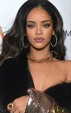 Rihanna outfits Why are Our Clothes Made to Standard Sizes? Estilo Rihanna, Mode Rihanna, Rihanna Riri, Rihanna Style, Rihanna Outfits, Photos Rihanna, Rihanna Makeup, Glam Makeup, Hair Makeup