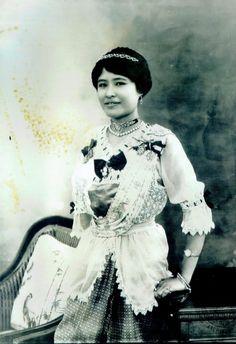 Thai Fashion, 40s Fashion, Old Photos, Vintage Photos, Thailand, Thai Traditional Dress, Classic Photography, Thai Dress, First Nations
