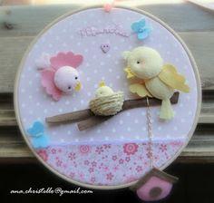 : Porta de maternidade - bastidor - tema passarinhos Baby Crafts, Felt Crafts, Felt Baby, Felt Decorations, Beaded Ornaments, Embroidery Hoop Art, Baby Decor, Wool Felt, Projects To Try