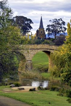 Richmond Bridge, Tasmania. Richmond Bridge (1823). Originally named Bigge's Bridge, Richmond Bridge is Australia's oldest bridge still in use. It was built by convicts from sandstone quarried at Butchers Hill and hauled by hand carts to the bridge site.