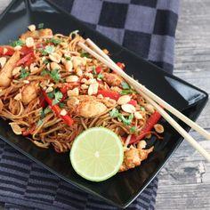 Pad Thai met kip - Mariëlle in de Keuken Phat Thai, Thai Recipes, Asian Recipes, Quick Healthy Meals, Healthy Recipes, I Love Food, Good Food, Tasty Thai, Cooking Measurements
