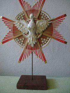 Divino em madeira com resplendor em bambu, aste em ferro e base em madeira com…
